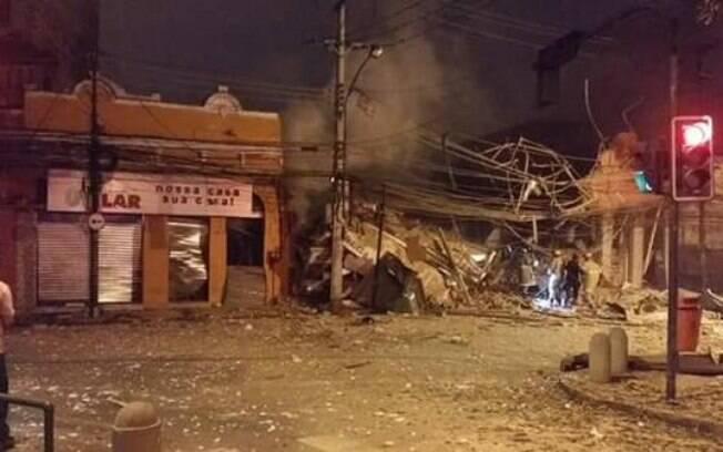 A explosão na Rua São Luiz Gonzaga, em São Cristóvão, atingiu dois restaurantes, uma pizzaria e cerca de 20 imóveis de uma vila. Foto: Reprodução Twitter @7carlos_h