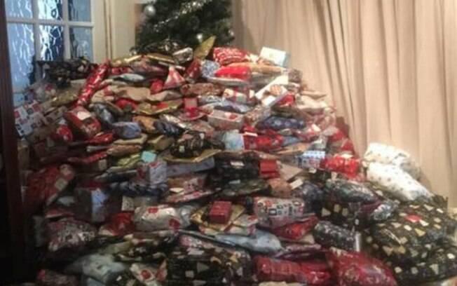 São tantos presentes na frente da árvore de Natal que quase não é possível ver os enfeites que a mãe preparou para a festa