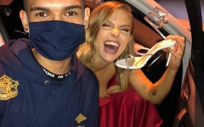 Fã encontra Luísa Sonza, mas pede foto é com a sandália da cantora