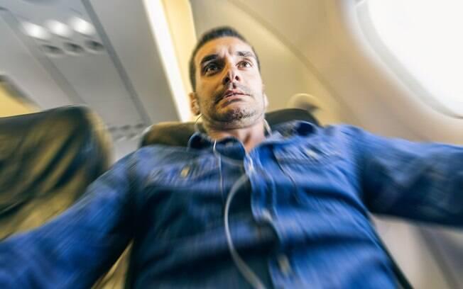 Em um voo saindo de Londrina, a comissária de bordo precisou descer do avião com o passageiro para acalmá-lo