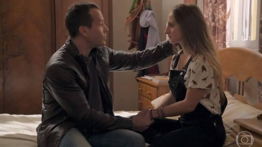 Apolo promete ajudar Carol a cuidar dos irmãos