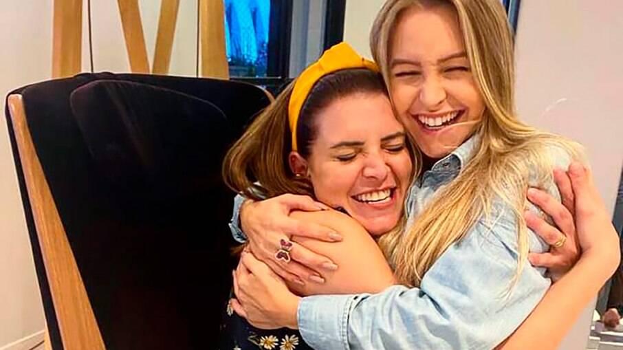 Renata del Bianco abraça Carla Diaz pouco antes de ir ao BBB