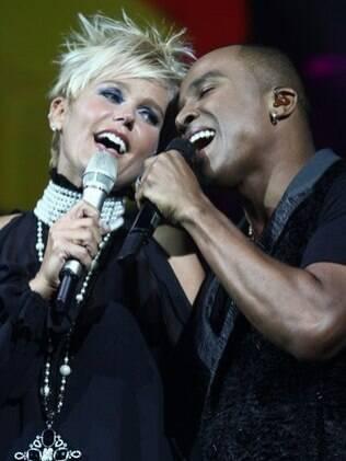 Xuxa e Alexandre Pires cantam juntos a música