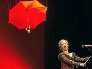 Rita Clemente dá vida a Winnie, uma mulher que transforma a tragédia do cotidiano em bem-humorado musical