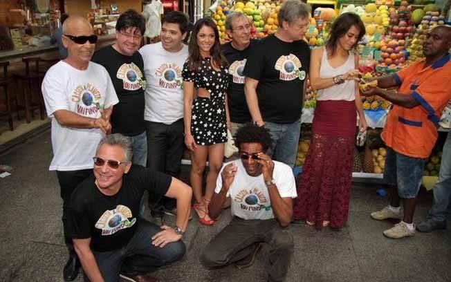 O elenco do humorístico posa em meio ao Mercado Municipal de São Paulo