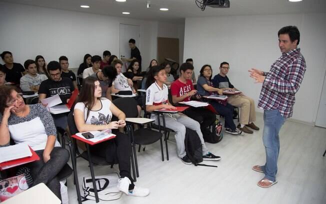 Professor Adriano Chan dando aula de redação