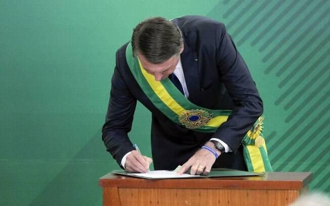 Bolsonaro assina posse com caneta