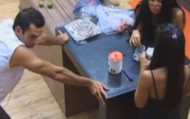 Natália, Flávia e Carril conversam na cozinha da Sede
