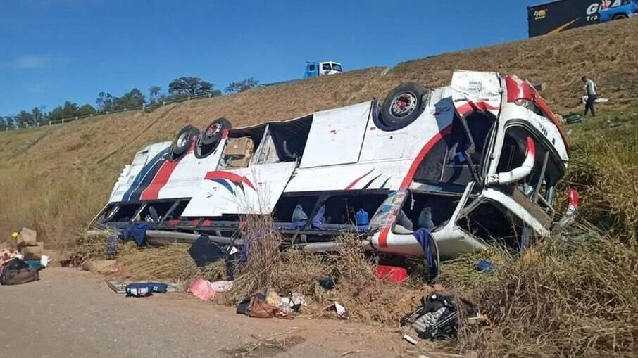 Ribanceira que o ônibus caiu tinha mais de 20 metros de altura