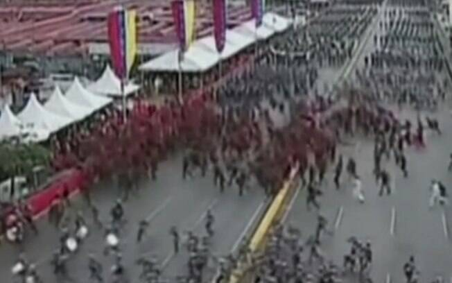 Após estrondos do suposto atentado contra Maduro, houve pânico e correria entre os militares que estavam presentes