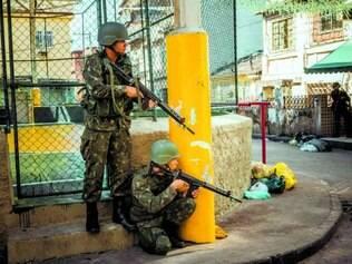 Força de Pacificação. Militares garantem a segurança do complexo da Maré desde abril deste ano e vão ficar até o fim de outubro