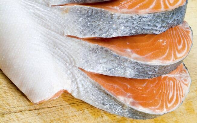 Peixes ricos em ômega 3 (salmão, atum, bacalhau, etc): essa substância auxilia no controle e na redução do colesterol e dos triglicérides. Foto: Getty Images