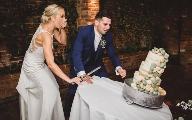 Os registros de Chloe e Aaron Bailey derrubando o bolo de casamento viralizaram nas redes sociais, com 3,9 mil curtidas
