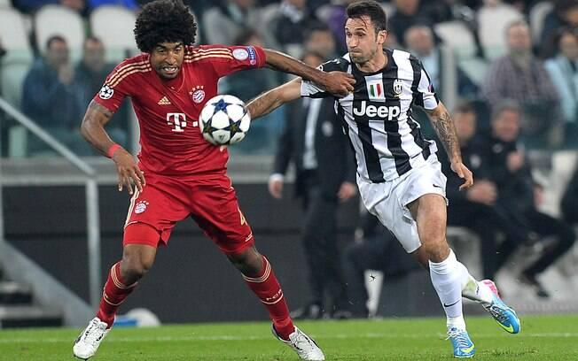 Dante disputa bola com Vucinic em duelo do  Bayern contra a Juventus, nas oitavas