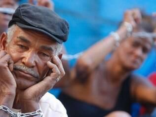 CIDADES - BELO HORIZONTE MG - BRASIL - Moradores das ocupacoes Rosa Leao, Vitoria e Esperanca, se acorrentam em frente ao TJMG em forma de protesto contra as ordens de descocupacao em Belo Horizonte MG. Foto: Douglas Magno / O Tempo