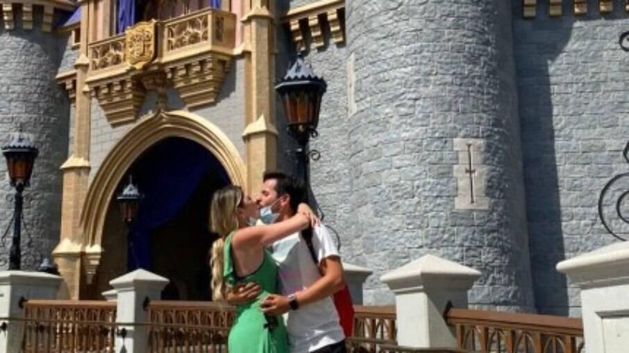 Dani Calabresa fica noiva na Disney