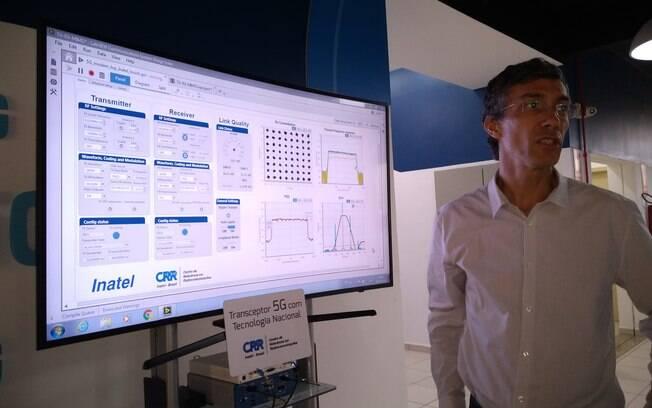 Fabrício Habib, da LG, mostra o modelo muititela 5G que será lançado no Brasil ainda em 2019