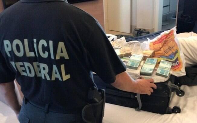 Mala apreendida em operação que investiga ex-governador de Goiás José Eliton; dentro dela, foram encontrados R$ 800 mil