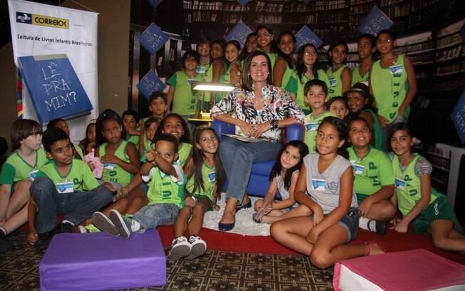 Fátima Bernardes faz leitura para crianças de comunidades carentes