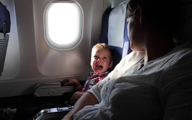 Como a viagem com crianças pode ser complicada, alguns passageiros resolveram reagir de maneiras incomuns
