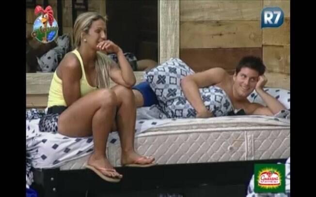 Valesca e Thiago conversam na cama