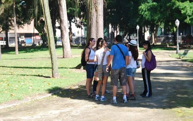 Guias levam os turistas para caminhar por diferentes partes do Rio