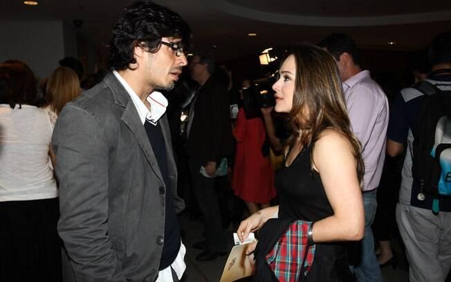 Daniel Alvim e a amiga, Gabriela Duarte, se encontram em teatro e batem papo 7453daa0cb