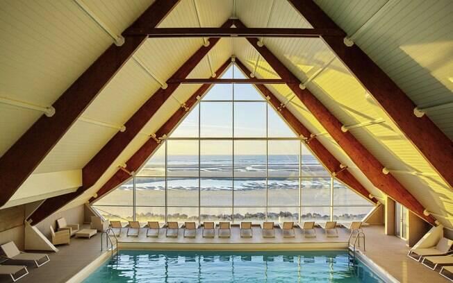 A piscina conta com janelas que dão vista para o canal da mancha.