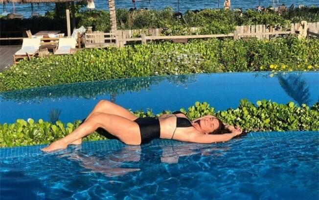 Giovanna Antonelli sensualiza à beira da piscina