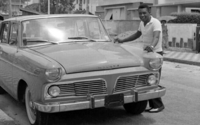 Pelé recebeu a primeira unidade do Aero Willys em 1963, entre os carros de jogadores, como prêmio das suas conquistas