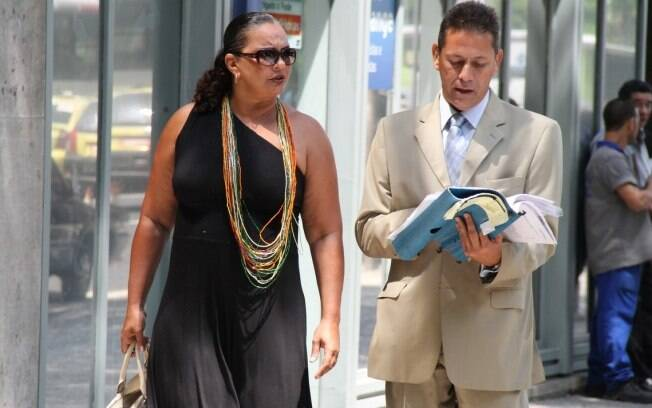 Solange Couto e o advogado Sylvio Guerra deixam a audiência no Rio
