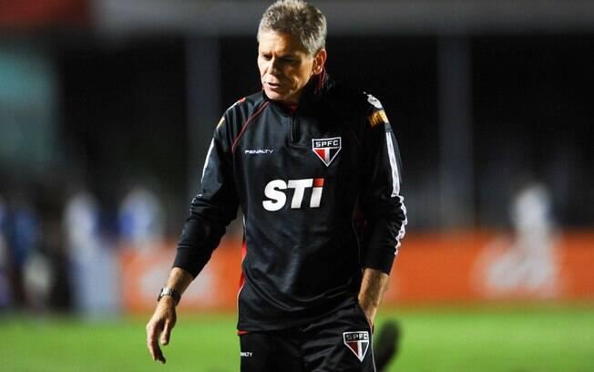 O técnico Paulo Autuori demonstra abatimento  durante a derrota do São Paulo para o Cruzeiro