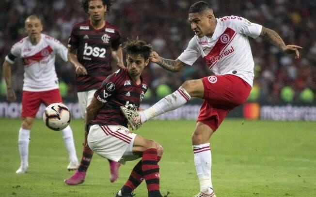Guerrero contra Rodrigo Caio em Flamengo x Inter