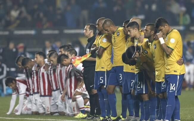 Jogadores de Brasil e Paraguai durante as cobranças de pênalti na Copa América 2015.