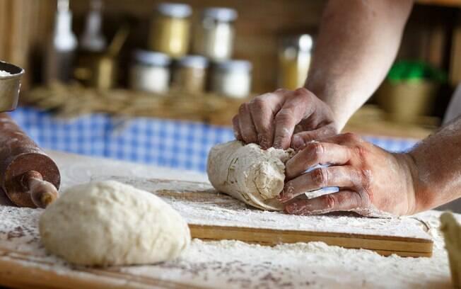 mão fazendo pão