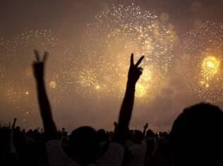 A queima de fogos de Copacabana, no Rio, é uma das mais emocionantes do Brasil
