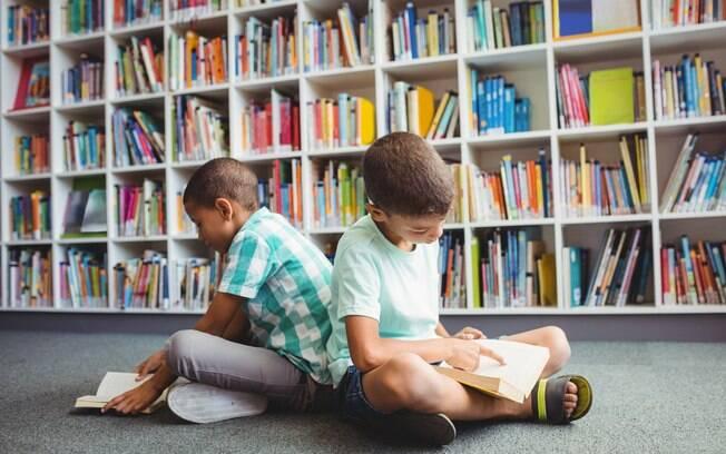 Levar os pequenos para passear em livrarias e bibliotecas é uma forma de estimular o gosto pela leitura