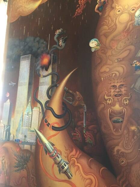 Os desenhos das paredes de dentro do templo. Aqui a referência ao 11 de setembro.