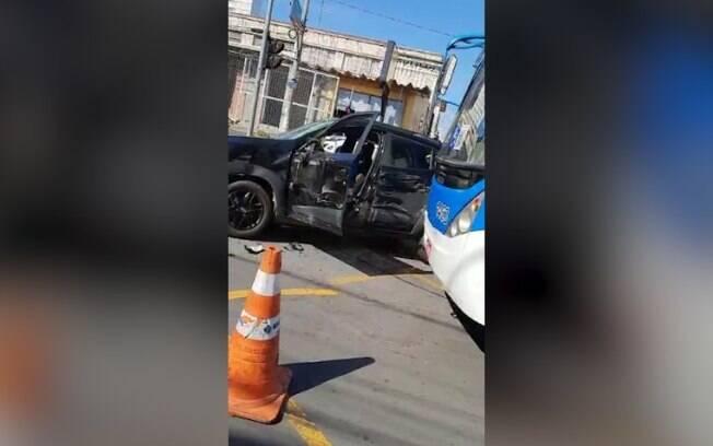Mulher fica ferida em coliso entre carro e nibus no Centro