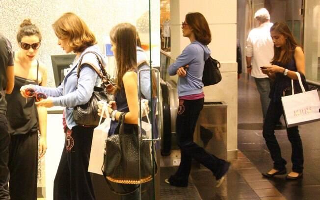 Com look bem despojado, Carolina Ferraz foi ao shopping com a filha Valentina para fazer compras