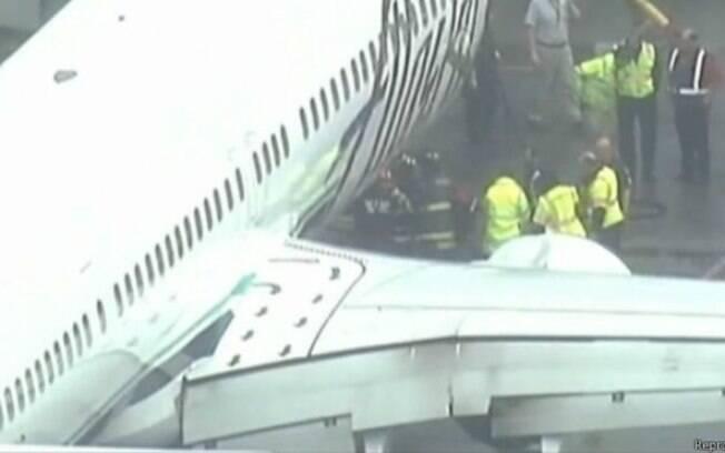 Imagem de TV mostra momento em que funcionário é levado após ter ficado preso no bagageiro de aeronave