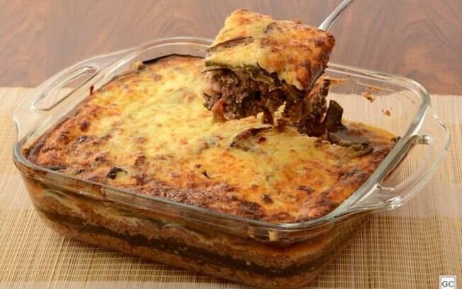 Gratinado de berinjela e carne para um almoço em família