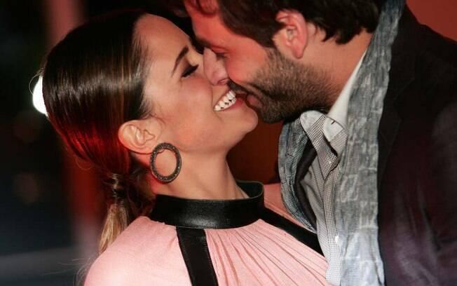 Fernanda Vanconcellos e Henri Castelli trocam carinhos durante a festa.