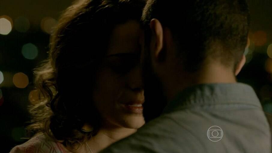 Vicente e Cristina se beijam