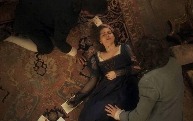 Leopoldina lê as cartas de Pedro para Domitila e desmaia, em