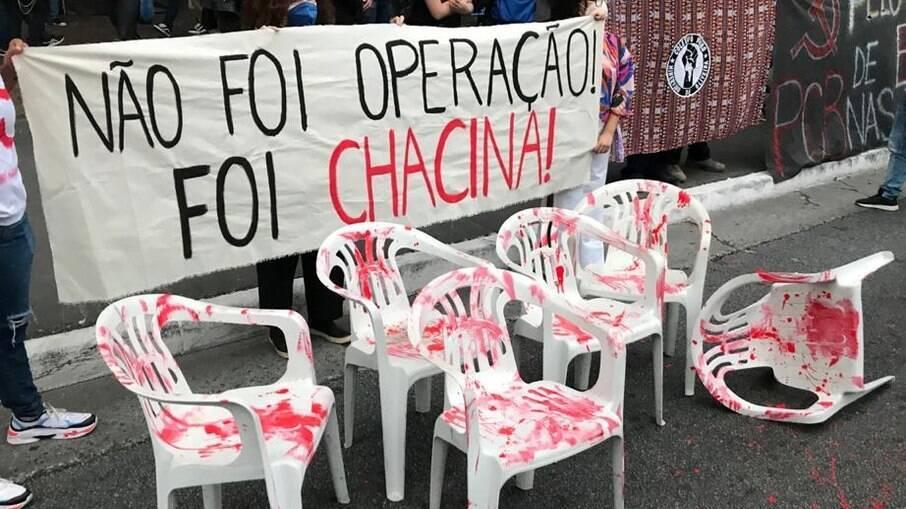 Manifestantes protestam contra massacre no Jacarezinho