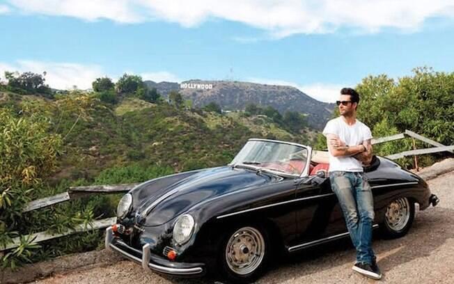 Adam Levine registrou o momento enquanto curtia seu Porsche em Los Angeles