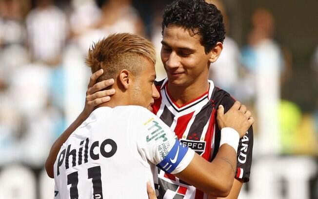 Ganso e Neymar se abraçam antes do jogo
