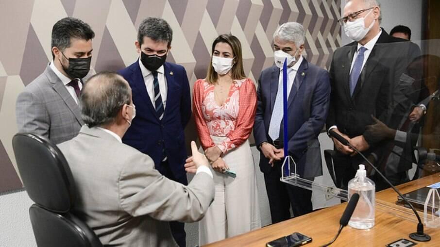 Senadores em reunião secreta neste momento