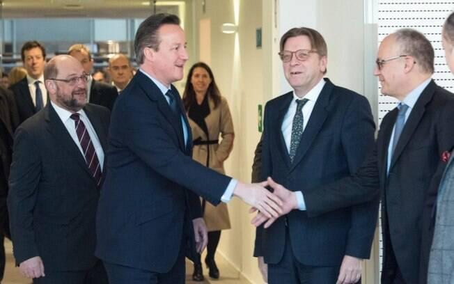 David Cameron (o segundo em destaque da esquerda para a direita) na reunião em Bruxelas